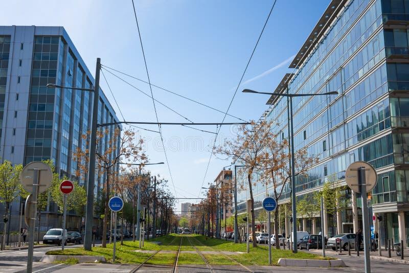 Il tram in mezzo alla città rotola sul prato inglese immagini stock libere da diritti