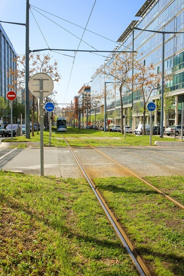 Il tram in mezzo alla città rotola sul prato inglese immagine stock libera da diritti