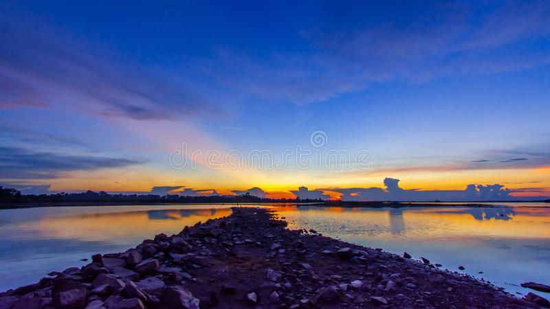 Il tramonto è un cielo dorato fotografia stock