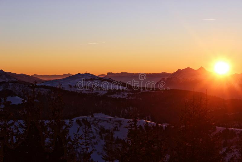 Il tramonto accarezza le montagne nelle alpi francesi immagini stock