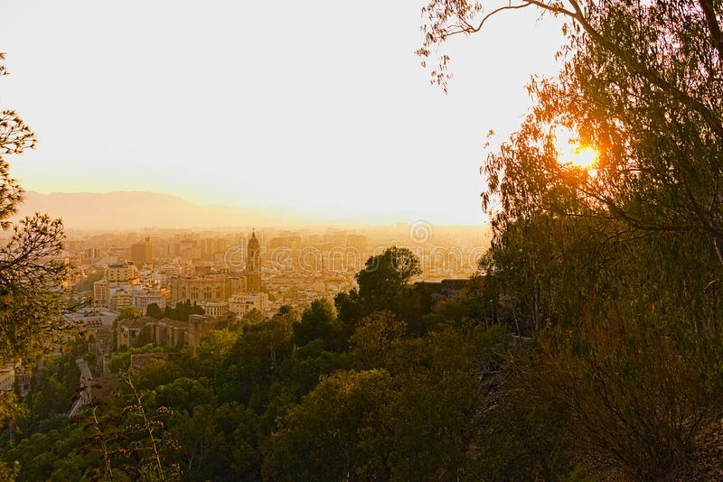 Il tramonto arancione sulla città in una visione magica immagini stock libere da diritti