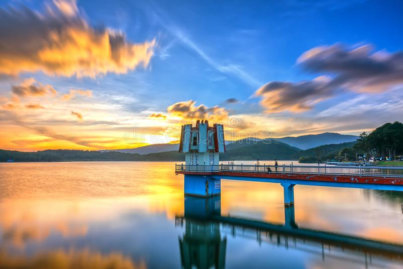 Il tramonto architettonico di bellezza con le nuvole di idrogeno conduce per concentrarsi le torri fantastiche immagini stock