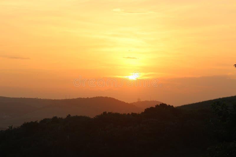 Il tramonto cade nella valle delle siluette fotografia stock