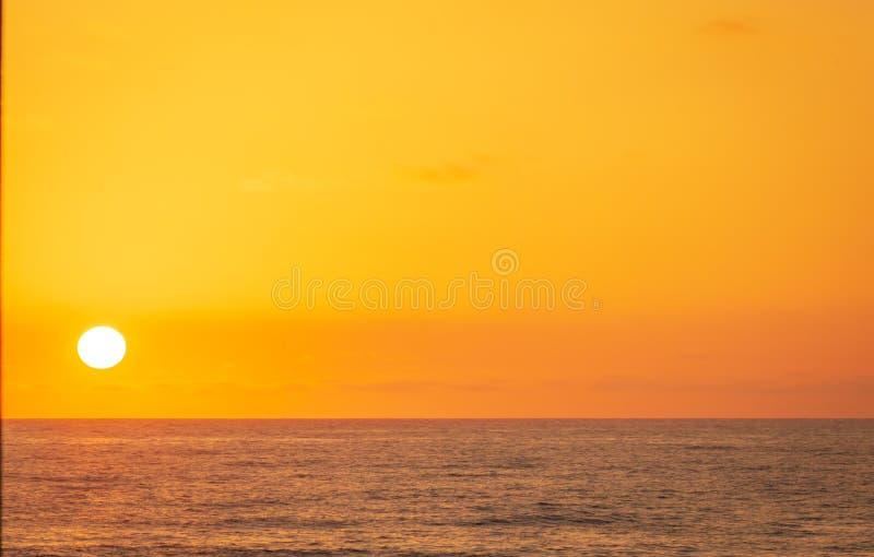 Il tramonto colora il cielo e l'arancia dell'oceano fotografia stock