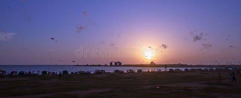 Il tramonto crepuscolare di sera a Galle affronta l'area urbana fronte mare del parco in Colombo Sri Lanka fotografia stock