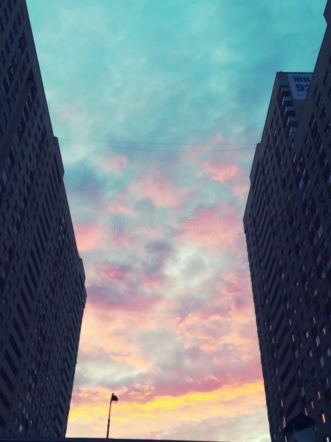 Il tramonto del cielo si appanna la città Russia immagini stock
