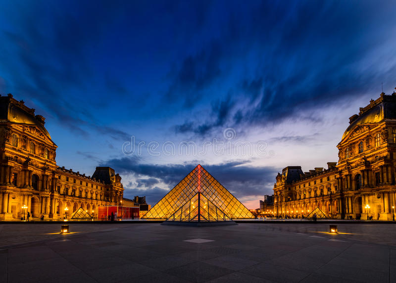 Il tramonto del museo del Louvre immagine stock libera da diritti