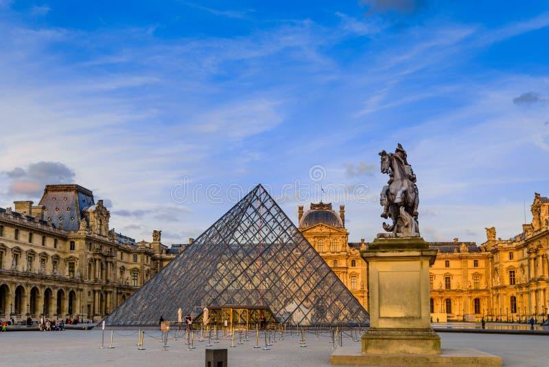 Il tramonto del museo del Louvre fotografia stock libera da diritti