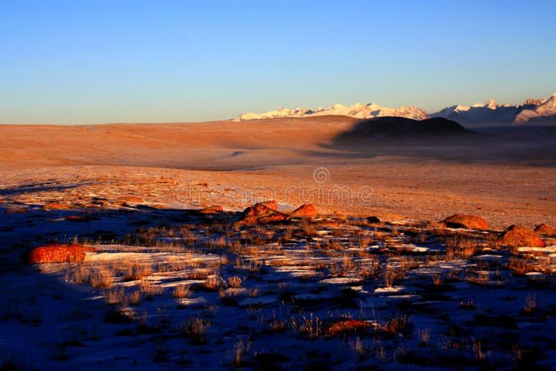Il tramonto delle montagne selvagge del Kirghizistan fotografia stock libera da diritti