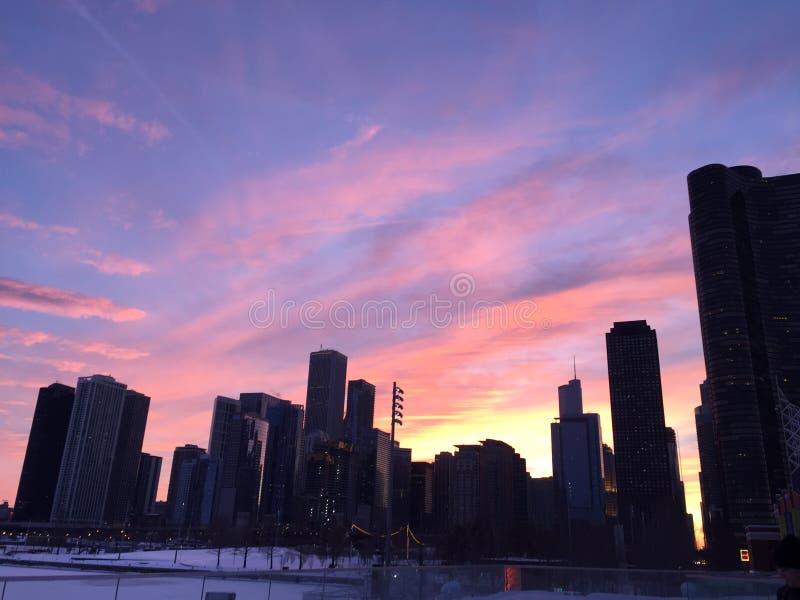 Il tramonto di Chicago dal lago Michigan, gode dei colori e delle costruzioni impressionanti immagine stock