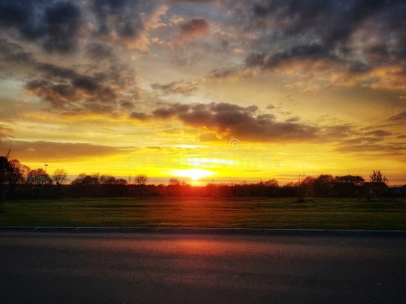 Il tramonto di Colorfull e si rannuvola il campo fotografia stock libera da diritti