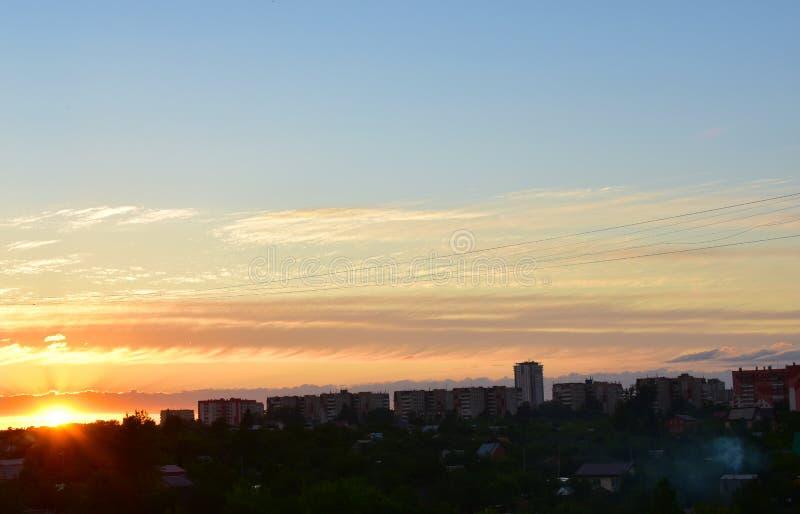 Il tramonto di estate è città variopinta molto bella fotografia stock