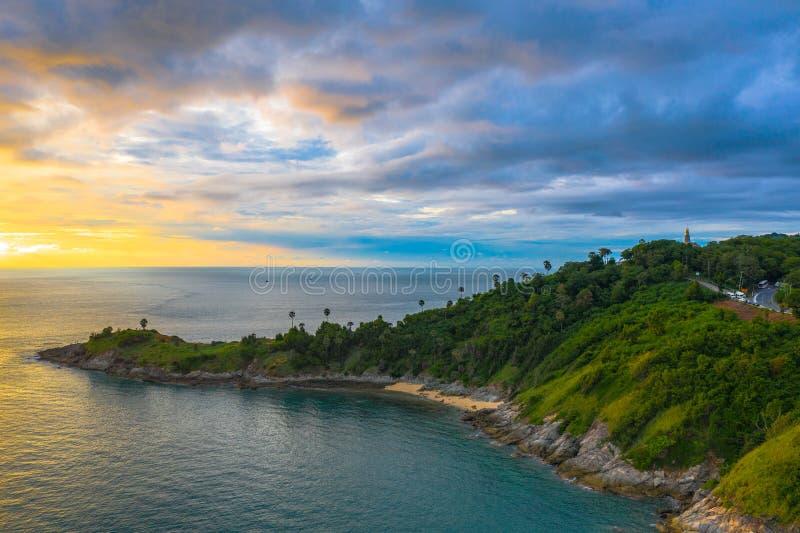 Il tramonto di panorama sopra il capo di Promthep è una montagna di roccia che avanza nel mare a Phuket Tailandia immagine stock libera da diritti