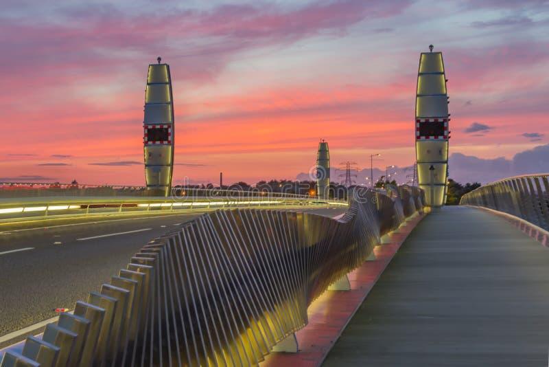 Il tramonto drammatico sopra il gemello naviga il ponte Poole fotografia stock libera da diritti