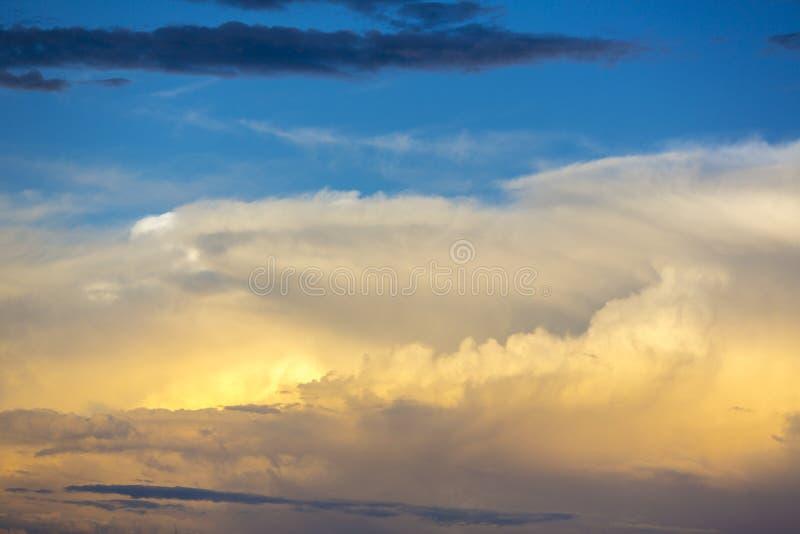 Il tramonto leggero ed arancio in si rannuvola la Bolivia immagini stock libere da diritti
