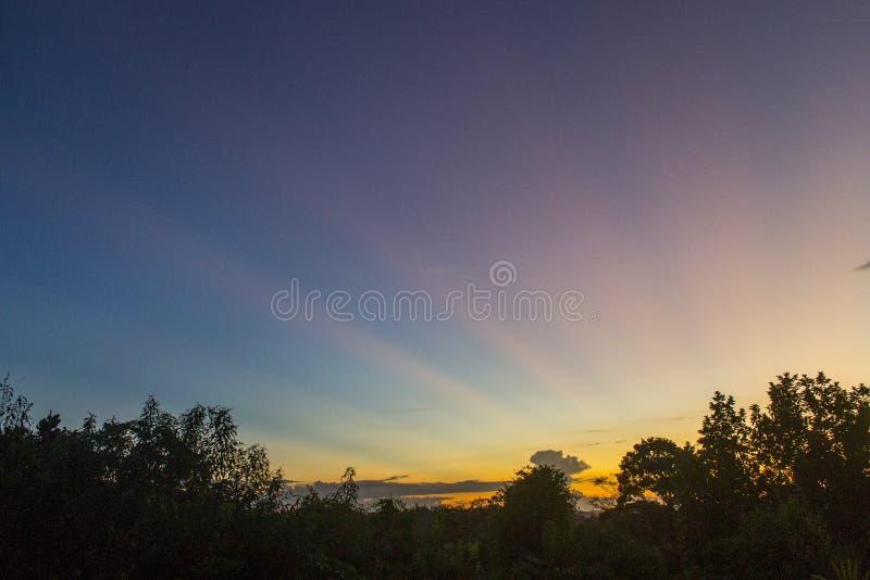 Il tramonto, noto anche come tramonto, è la scomparsa quotidiana del Sole al di sotto dell'orizzonte a causa della rotazione dell fotografia stock libera da diritti