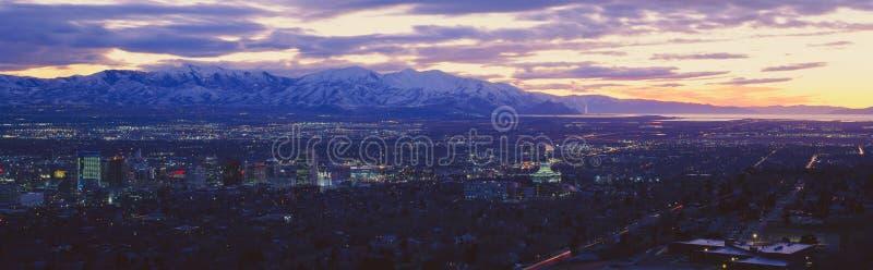Il tramonto panoramico di Salt Lake City con neve ha ricoperto le montagne di Wasatch fotografia stock libera da diritti
