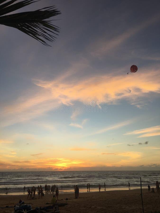 Il tramonto piacevole al viaggio di Phuket Tailandia della spiaggia del karon e va fuori immagine stock libera da diritti