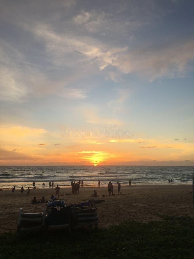 Il tramonto piacevole al viaggio di Phuket Tailandia della spiaggia del karon e va fuori immagini stock