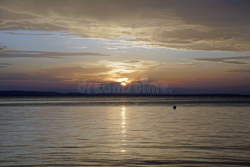 Il tramonto rosso scarlatto sul mare Settembre in Grecia Sithonia Il sole e le nuvole e i colori insoliti Glare sull'acqua fotografie stock libere da diritti