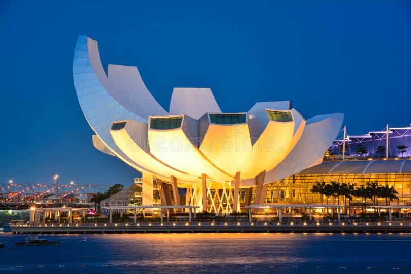 Il tramonto si accende sopra il museo di ArtScience e di Marina Bay Sands Amphitheatre a Singapore fotografia stock libera da diritti