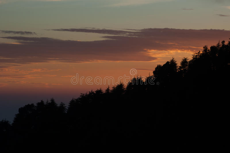 Il tramonto si appanna con la vista della foresta a Dharamsala di Himachal Pradesh fotografia stock libera da diritti