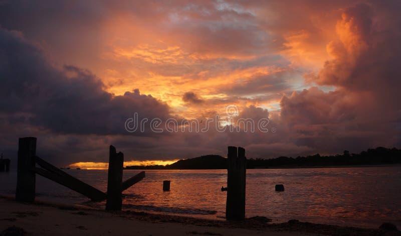 Il tramonto sopra l'isola rossa ed il mare di Arafura Seisia tirano il capo in secco York Australia immagine stock libera da diritti