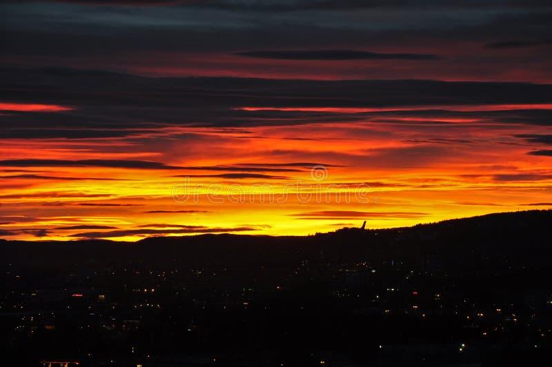 Il tramonto sopra la città di Oslo immagini stock