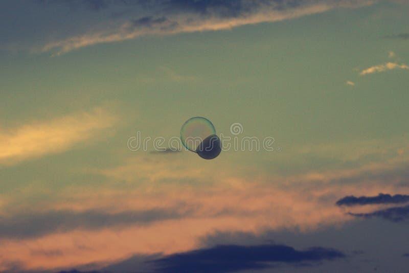 Il tramonto splendido e la bolla di sapone di galleggiamento hanno riempito di fumo fotografie stock libere da diritti
