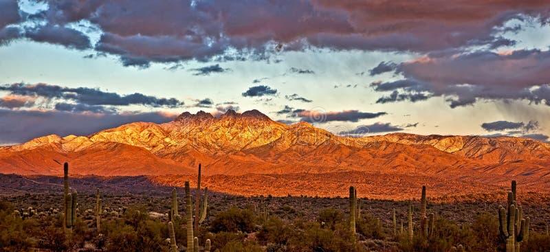 Il tramonto sui quattro picchi fotografie stock
