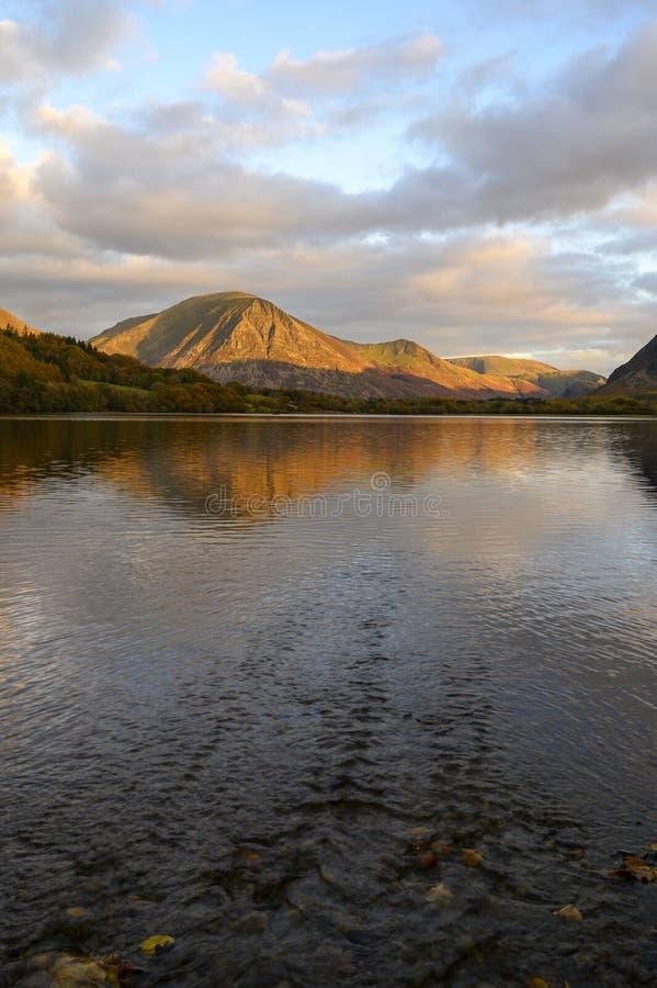 Il tramonto sulla Grasmoor è caduto sull'acqua bassa fotografie stock