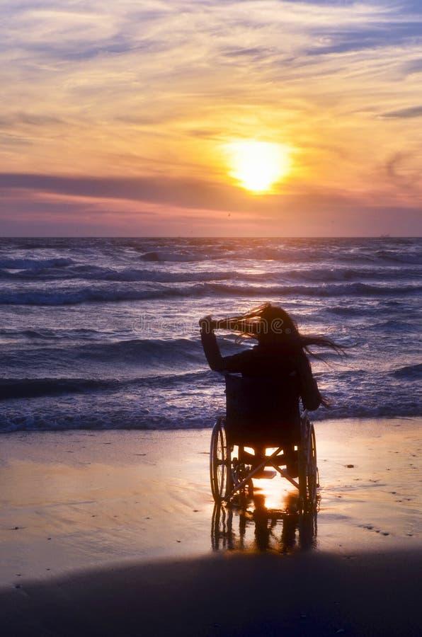 Il Tramonto Sulla Spiaggia Ha Handicappato La Donna In