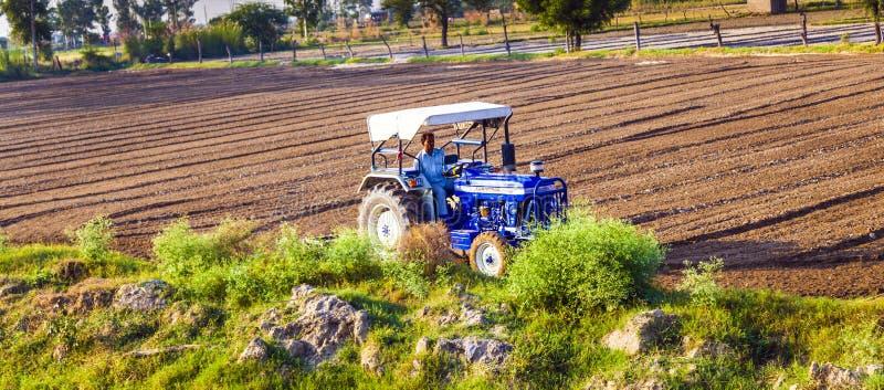 Il trattore ara il campo fotografia stock libera da diritti