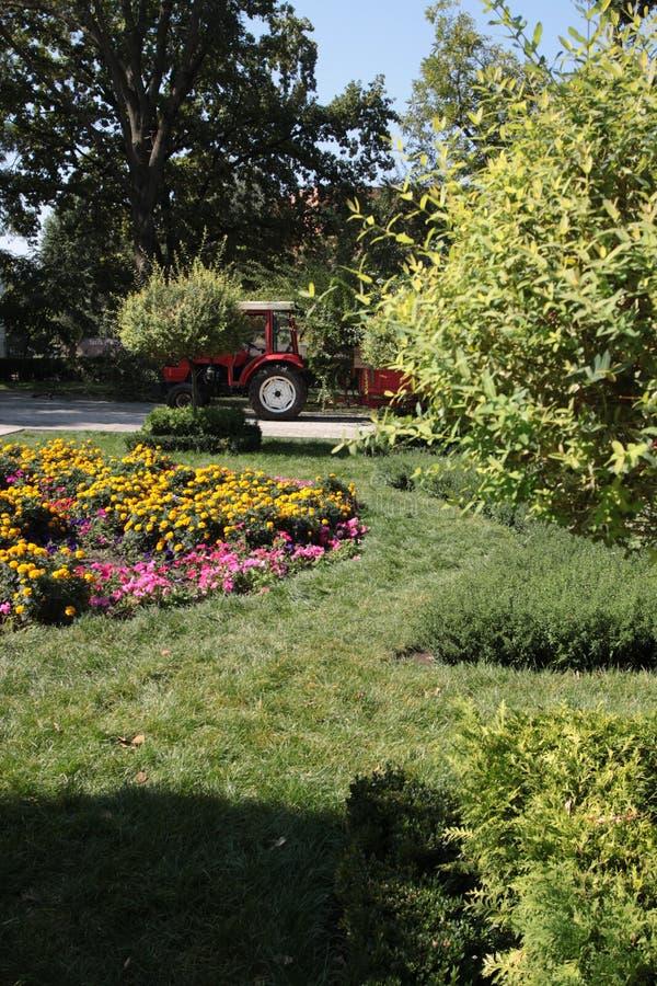 Il trattore ed il carrello nella sosta fanno il giardinaggio fotografia stock libera da diritti