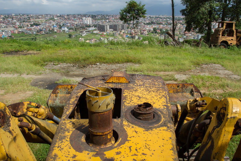 Il trattore giallo aspetta la sua ora fotografia stock