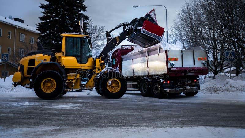 Il trattore rimuove il camion del tog della via della forma della neve fotografia stock libera da diritti