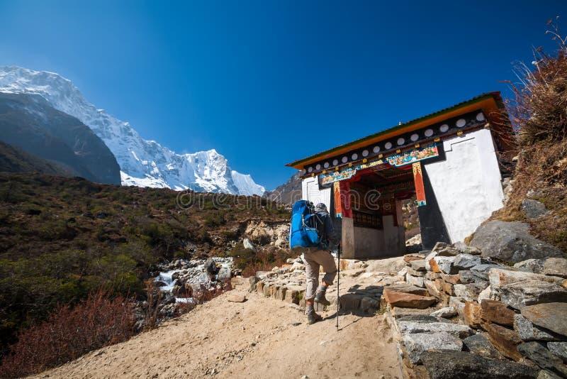 Il Trekker che si avvicina alla La di Renjo passa sopra un modo al campo base di Everest immagini stock libere da diritti