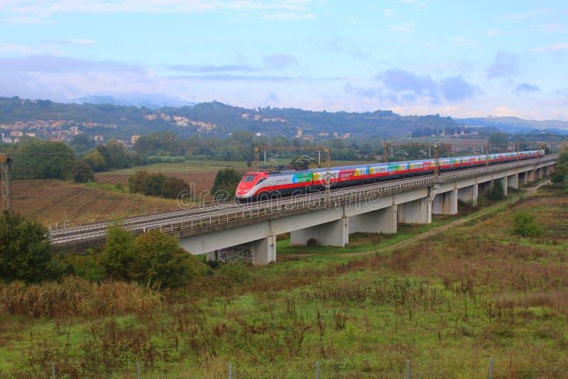 Il treno ad alta velocità attraversa le pianure della Toscana fotografia stock libera da diritti