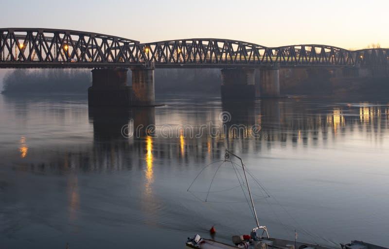 Il treno attraversa il fiume Po - Cremona del ponte del ferro immagine stock libera da diritti