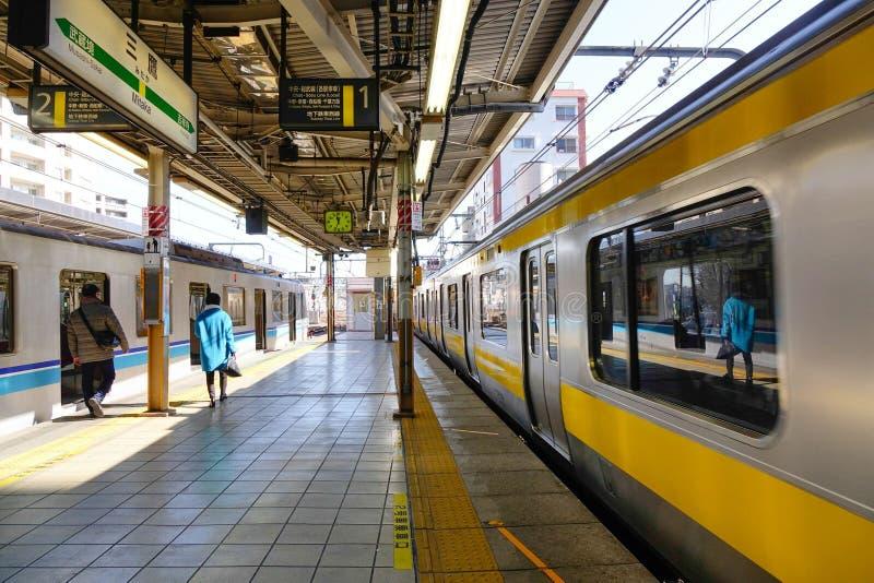Il treno che viene alla stazione in Jimbocho, Tokyo, Giappone fotografie stock libere da diritti