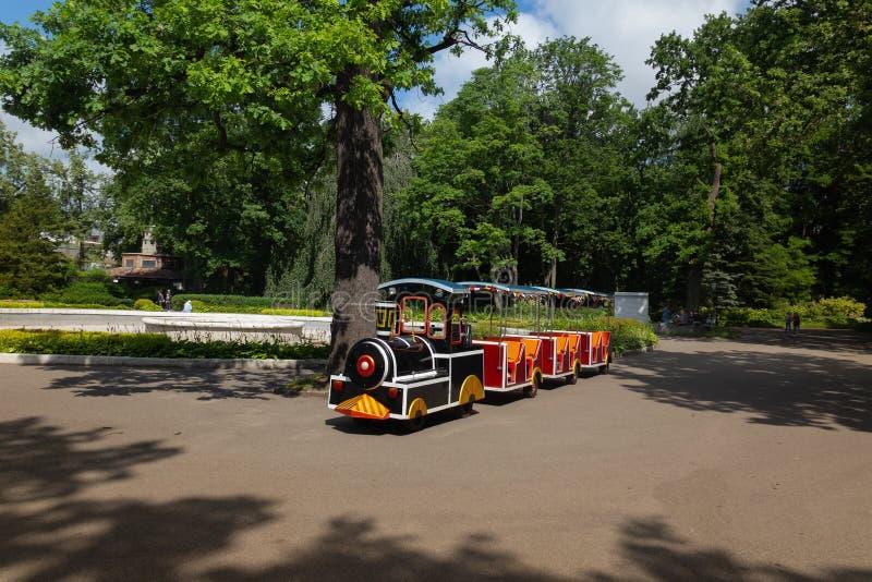 il treno dei piccoli bambini che aspetta i suoi piccoli passeggeri nel parco fotografia stock