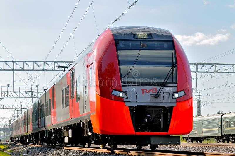 Il treno del cerchio ferroviario centrale di Mosca ha chiamato Lastochka fotografie stock