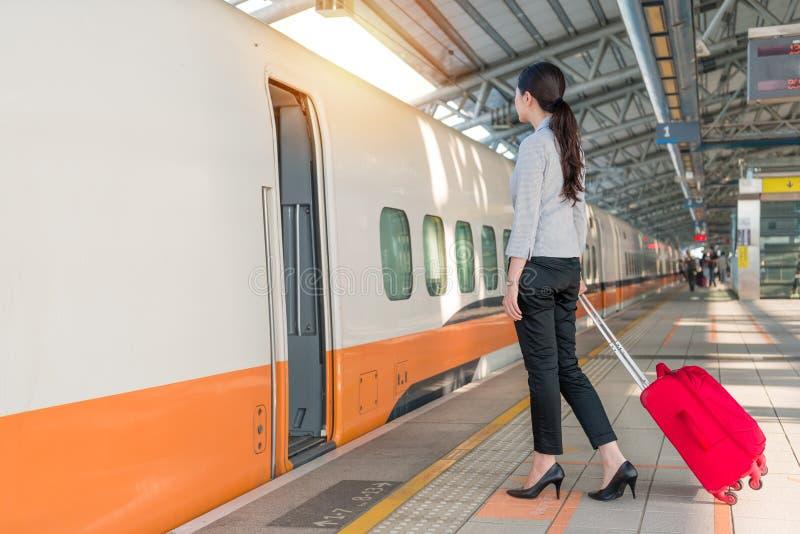 Il treno della ferrovia ad alta velocità sta arrivando sul binario della stazione fotografia stock libera da diritti