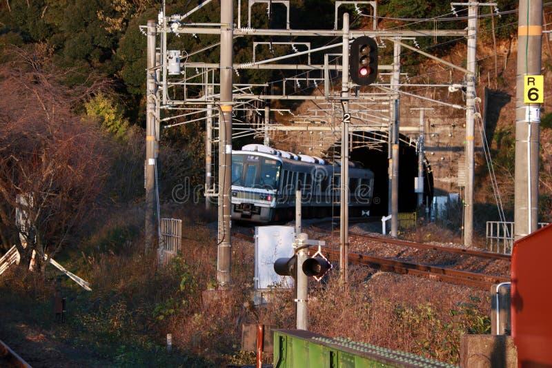 Il treno della linea di sagano di JUNIOR che cola il tunnel sui binari ferroviari con la vista di autunno immagine stock