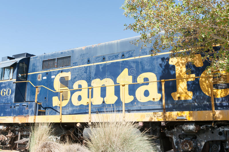Il treno di Santa Fe di numero 60 ha parcheggiato su in Barstow la California fotografia stock