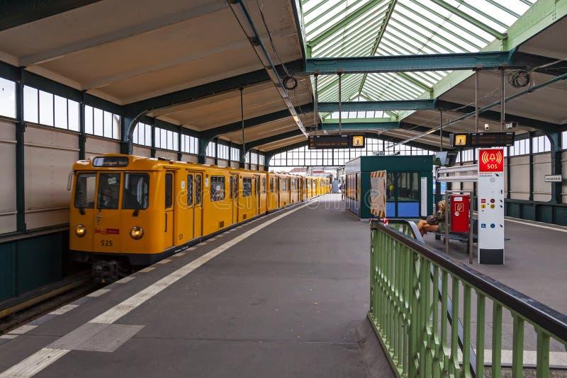 Il treno di U-Bahn arriva alla stazione della metropolitana di Gleisdreieck a Berlino, Germania fotografie stock libere da diritti