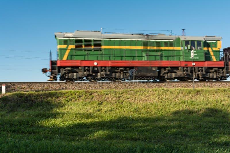 Il treno diesel va sulle rotaie fotografia stock
