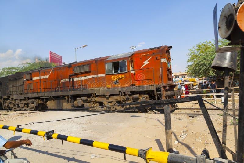 Il treno ferroviario indiano passa un passaggio a livello fotografia stock libera da diritti