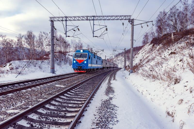 Il treno passeggeri si muove lungo il lago Baikal Ferrovia del siberiano del trasporto fotografie stock