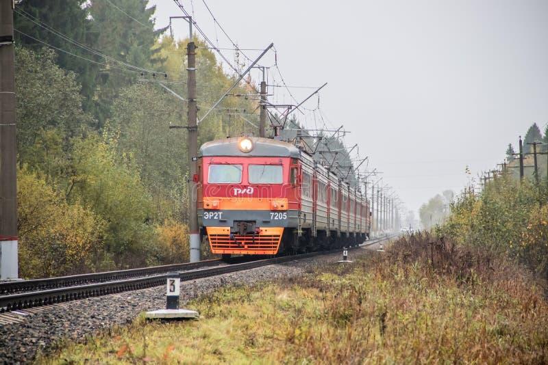 Il treno russo va dalla ferrovia fuori della citt? Trasporto pubblico Regione della Russia Leningrado, Gatcina distretto 7 ottobr fotografia stock